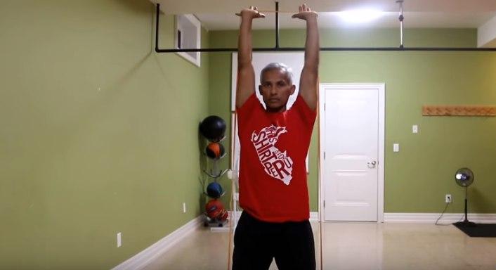 Изображение - Упражнения с резиной для плечевого сустава prisedaniya-s-zhimom-vverh-foto