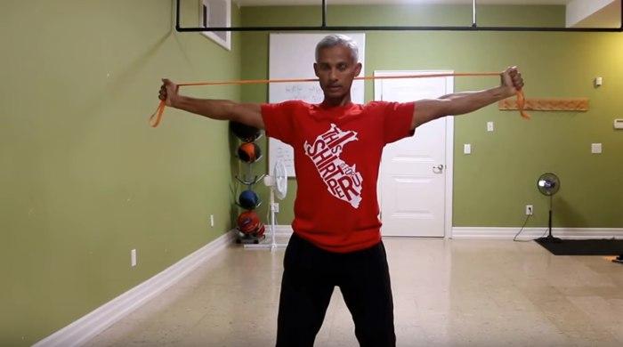 Изображение - Упражнения с резиной для плечевого сустава rastyazhenie-ruk-s-rezinkoj-za-golovoj-foto