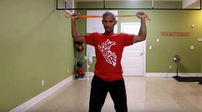 Изображение - Упражнения с резиной для плечевого сустава rastyazhenie-ruk-s-rezinkoj-za-golovoj